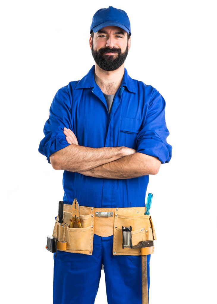 Fornøyd og stolt rørlegger i jobbklær med kryssede armer, selge rørleggerfirma